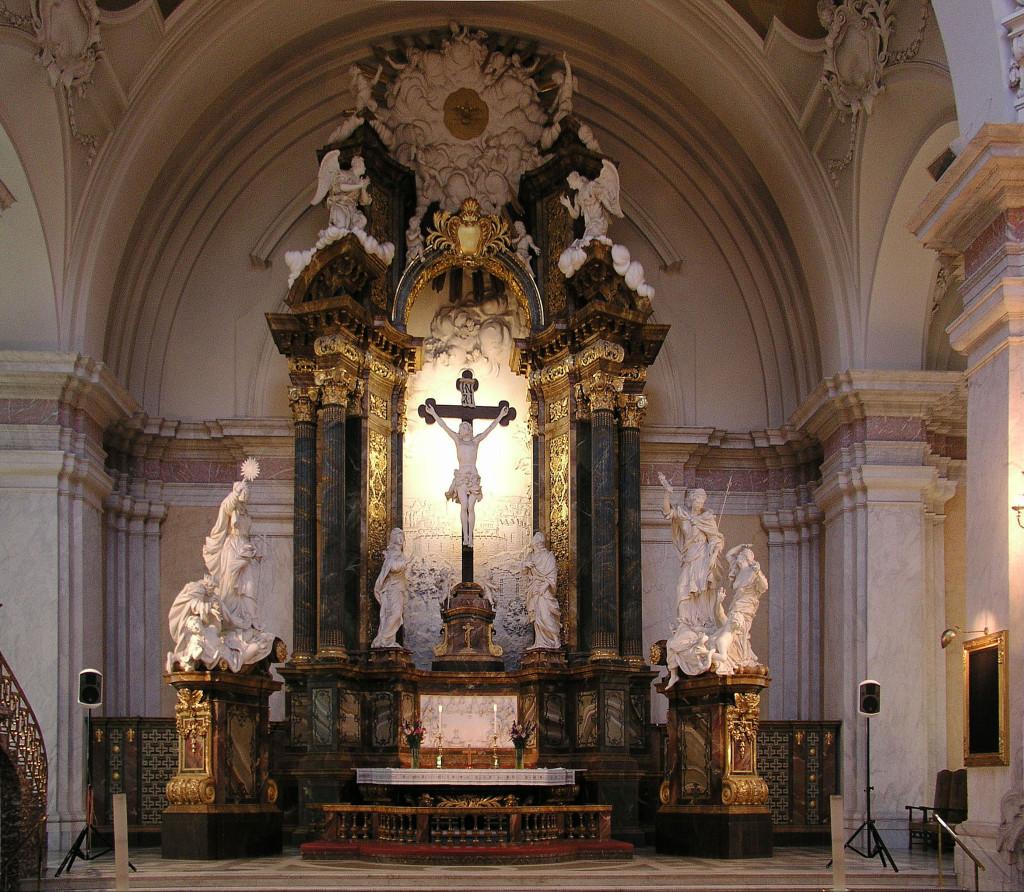 Belo altar de uma Igreja Católica