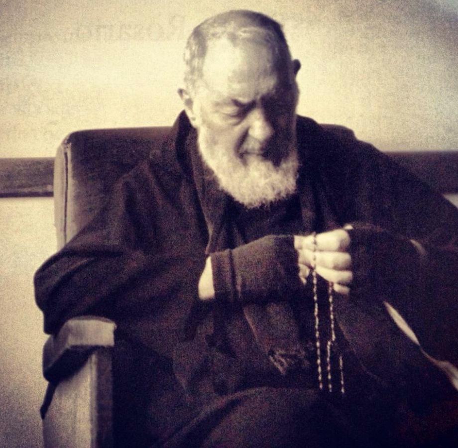 Pe. Pio rezando o Rosário