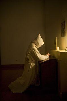 Monge em seu momento de Oração