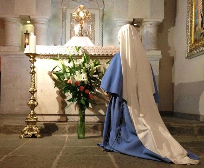 Adoração Eucarística por uma Irmã Religiosa