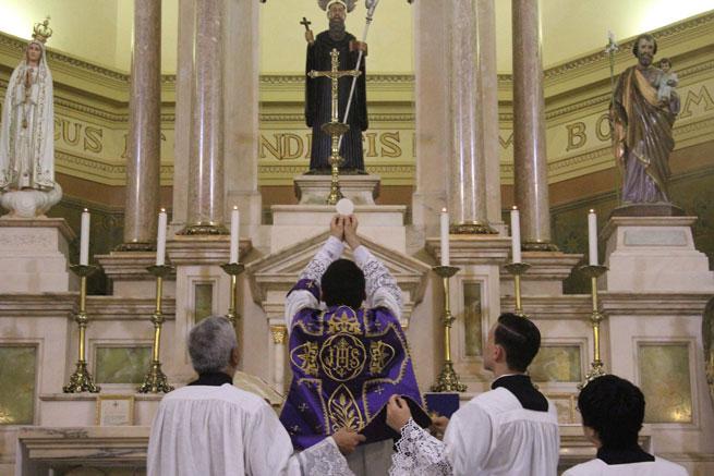 Jesus no Santíssimo Sacramento nos espera para nos acolher