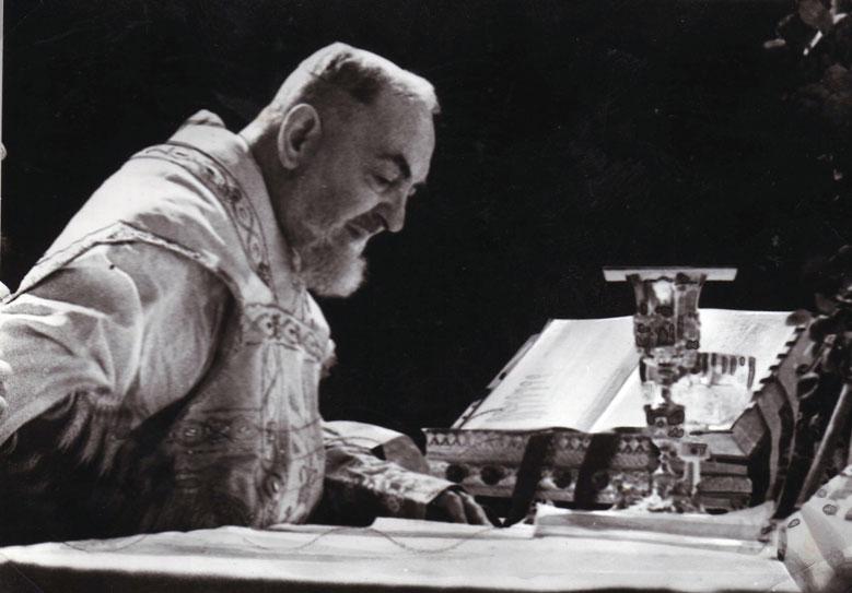 São Pio de Pietrelcina celebrando a Santa Missa