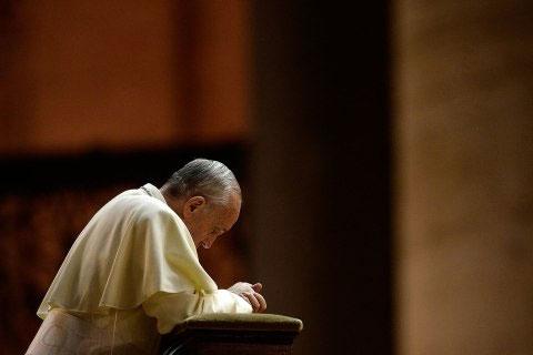 Papa Francisco rezando na presença de Deus