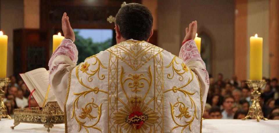 Sacerdote celebrando a Santa Missa